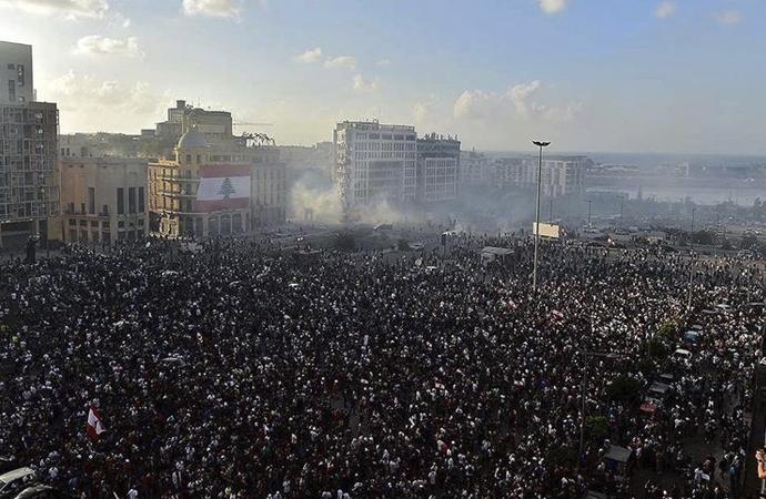 Beyrut'ta gösteriler: Eylemciler bakanlık binalarını bastı