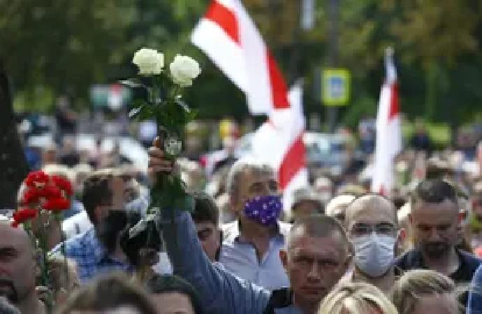 Belarus'ta binlerce eylemci devlet televizyonu önünde