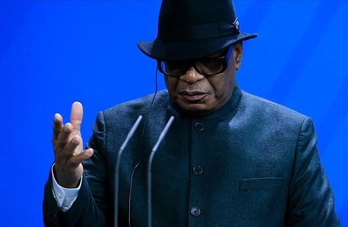 Darbeciler tarafından gözaltına alınan Cumhurbaşkanı istifasını açıkladı