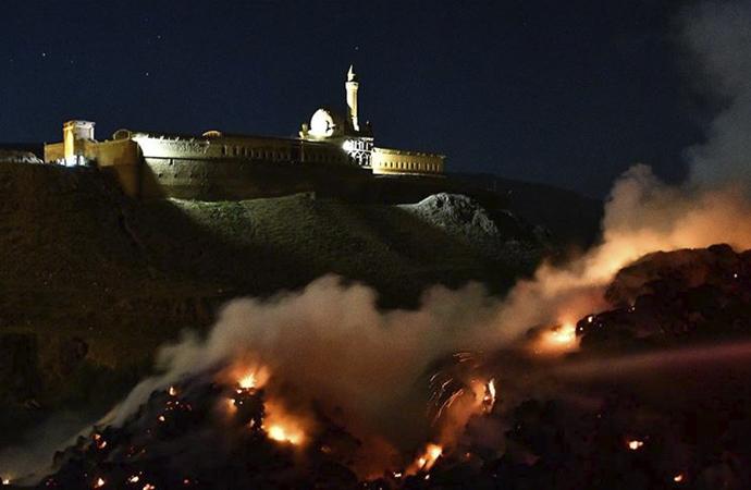 İshak Paşa Sarayı yakınında uçurulan dilek balonu nedeniyle 5 bin balya ot yandı