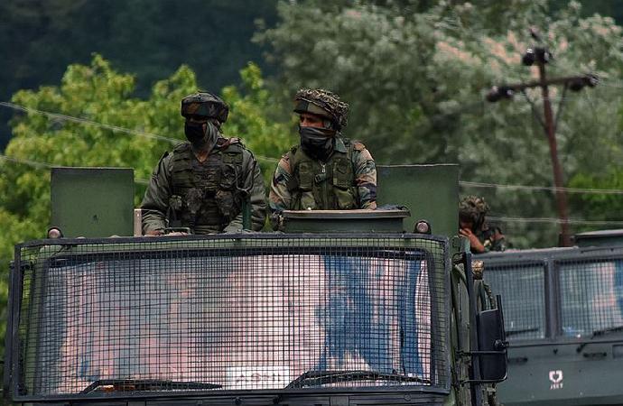 Hint askerlerinin Keşmir'de açtığı ateş sonucu bir kız çocuğu öldü