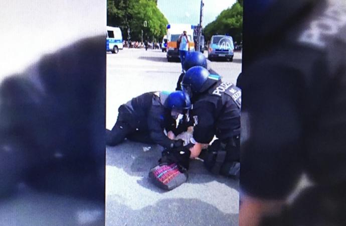 Almanya'da polis kadın protestocuyu yumrukladı