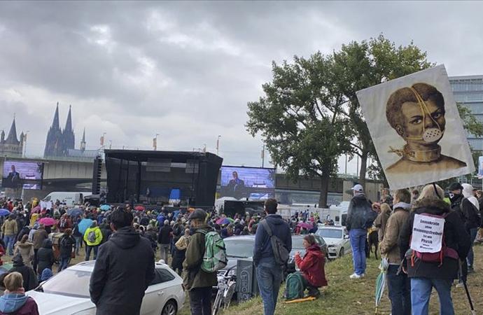 Almanya ve İngiltere'de covid önlemlerine protesto