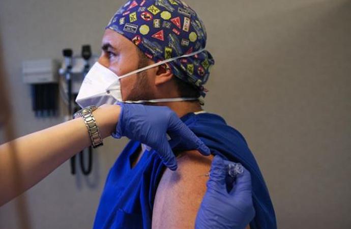Hastanedeki ilk aşı gönüllü sağlık personeline yapıldı