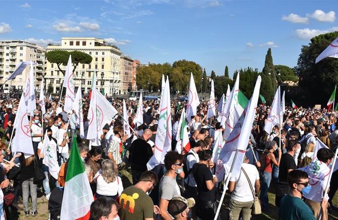 """İtalya'da hükümete """"sağlık diktatörlüğü"""" protestosu"""