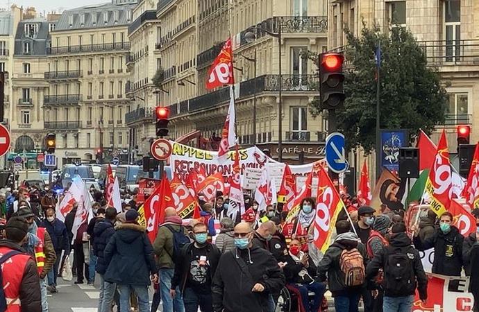 """""""Macron, senden tüm kalbimle nefret ediyorum"""" pankartı"""