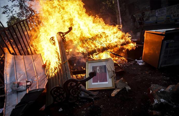 Şili'de protestocular bir kiliseyi yakıp yağmaladı