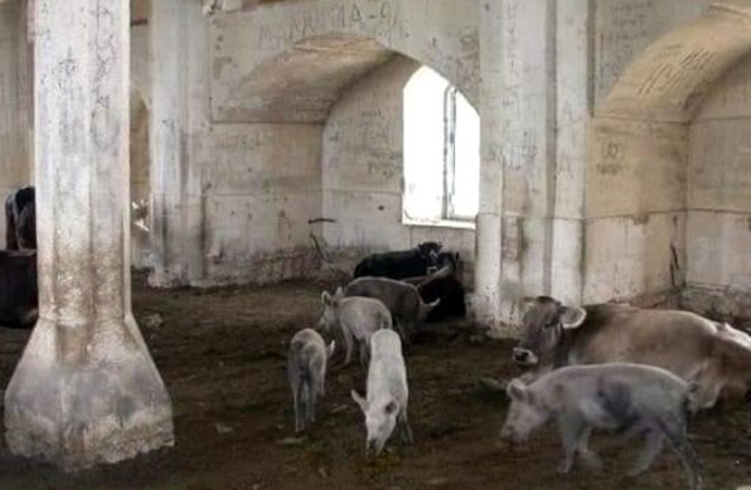 Ermeniler tarihi camiyi domuz ahırına çevirmiş!