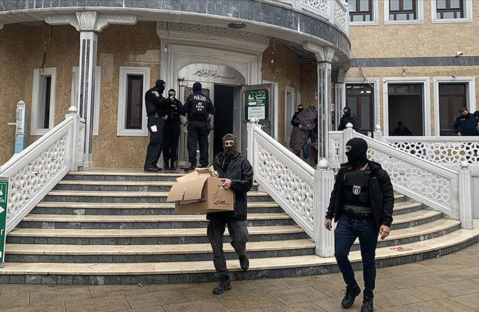 Alman polisi camiye baskın yaptı