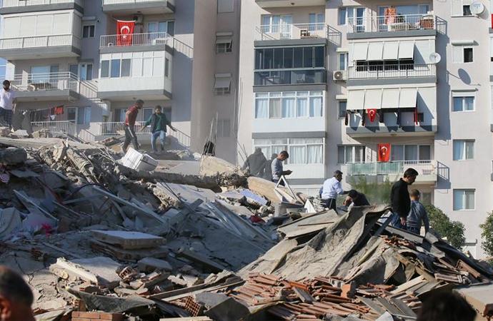 """İzmir'de """"hasarlı yapılara girmeyin"""" uyarısı"""