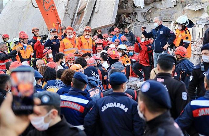 İzmir'de 9 binada arama kurtarma çalışmaları devam ediyor