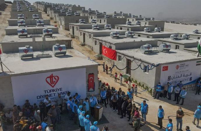 Diyanet Vakfı'nın hayırseverlerin desteği ile İdlib'de yaptırdığı konutlar dağıtıldı