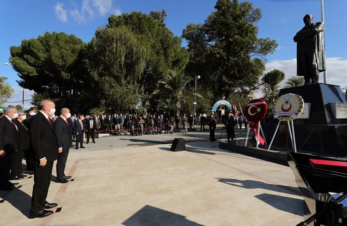 Tören öncesinde Atatürk anıtına ziyaret