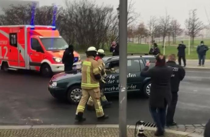 Almanya'nın başkenti Berlin'de Başbakanlık binasına araçla saldırı girişimi