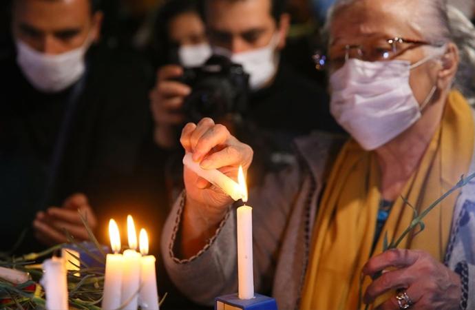 İzmir'deki anmada mum yakıldı, karanfil bırakıldı