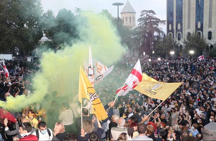 Gürcistan'da muhalefet sokaklara döküldü