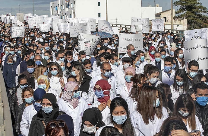 Tunus'ta sağlık çalışanları sokaklara indi