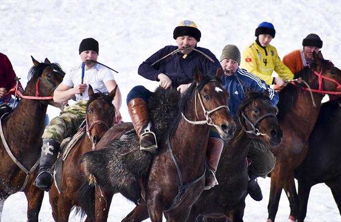 Kırgız savaşçıların buzkaşı oyunu bugün 'milli spor' sayılıyor