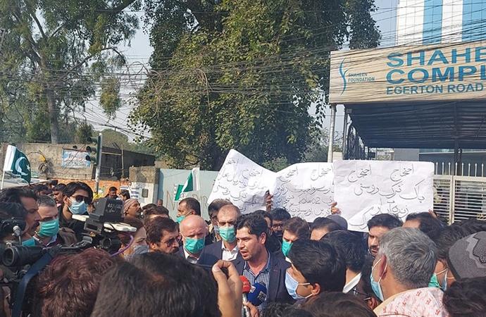 Pakistan'da şantiyeleri basılan Türk şirketin çalışanları protesto düzenledi