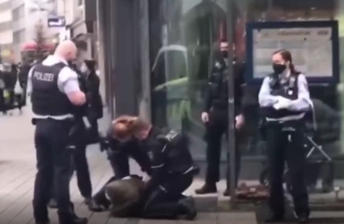 Alman polisi, başörtülü kadını zorla kelepçeledi