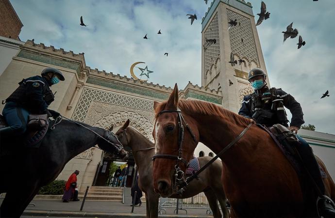 Fransa'nın camileri denetleme kararını İnsan Hakları Örgütü kınadı