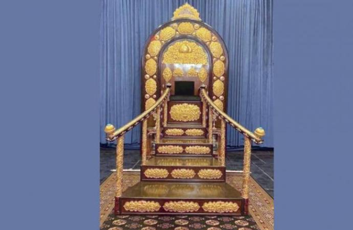 Bağdat'taki Hüseyniye'de inşa edilen altın minber tartışma yarattı