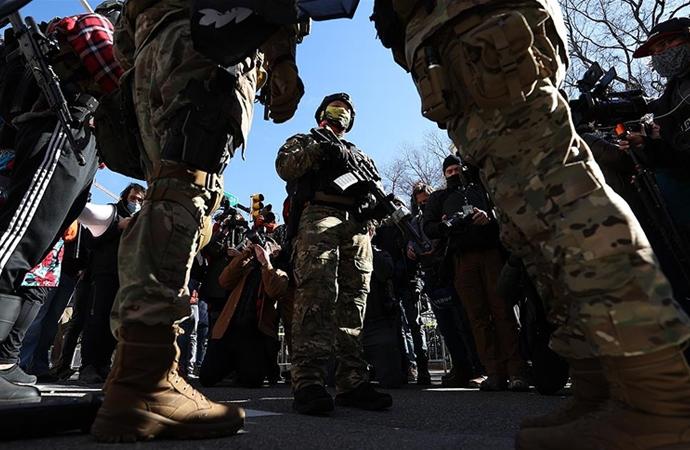 ABD'de karşıt görüşlü beyaz ve siyahi silahlı gruplar gösteri yaptılar