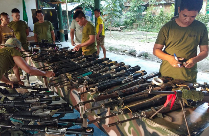 Moro İslami Kurtuluş Cephesi üyeleri silah bıraktı
