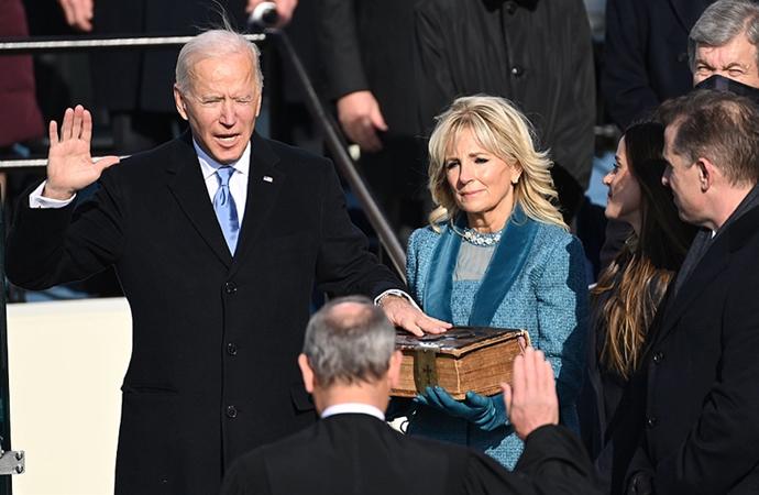 İncile'e el basarak yemin eden Biden görevine başladı