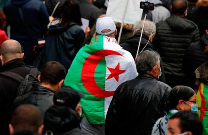 Macron, Cezayir Cumhurbaşkanı Tebbun ile görüştü