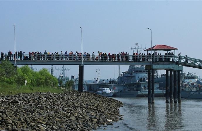 Bangladeş, tepkilere rağmen Arakanlıları adaya göndermeye devam ediyor