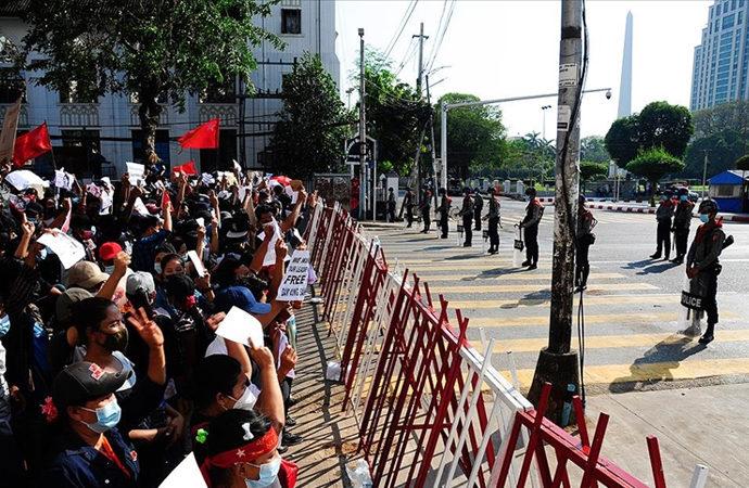 Myanmar'da protestolar nedeniyle bazı kentlerde sıkıyönetim