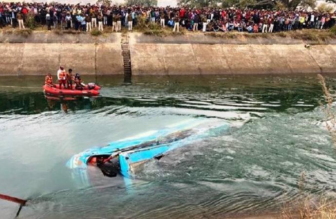 Hindistan'da yolcu otobüsü su kanalına düştü: 40 kişi hayatını kaybetti