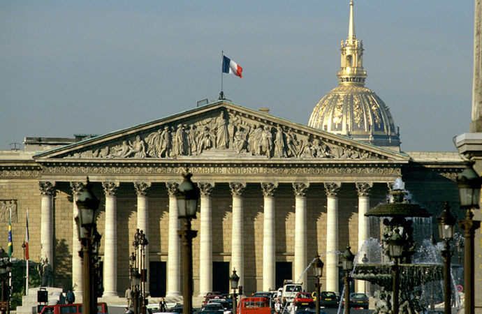 Fransa parlamentosunda 'İslam karşıtı' yasa kabul edildi