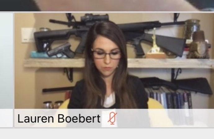 Zoom toplantısında silahlarını sergileyen ABD kongre üyesi