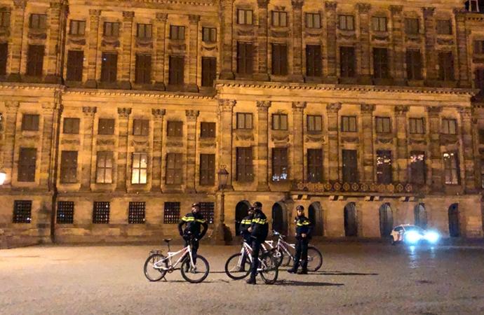 Hollanda'da kısıtlamalar 2 Mart'a kadar uzatıldı