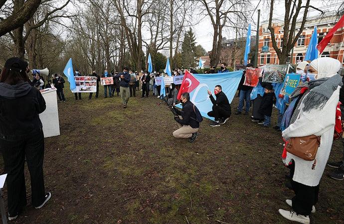 Uygurlar, Çin'i büyükelçiliği önünde protesto ettiler