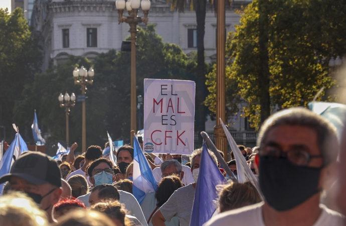 """Arjantin'de """"ayrıcalıklı aşı"""" skandalına halktan tepki"""