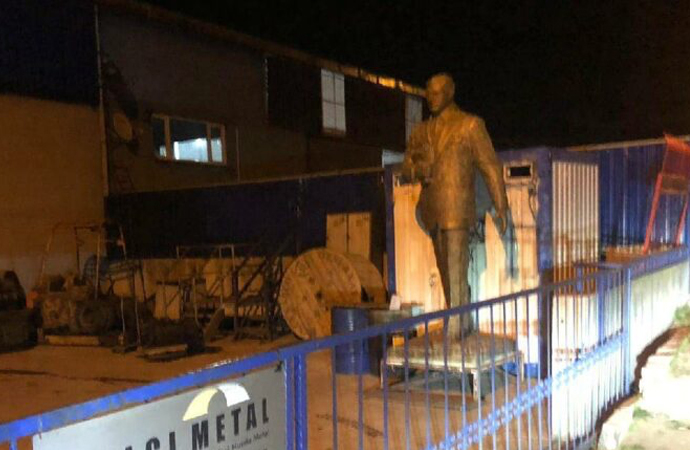 Atatürk heykelini hurda diye sattılar