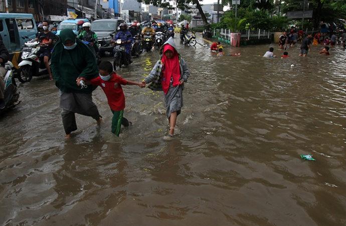 Endonezya'da doğal afetlerde 213 can kaybı