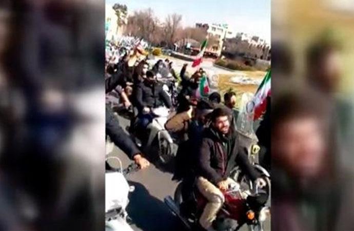 Devrim kutlamalarına Ruhani aleyhine sloganlar damga vurdu