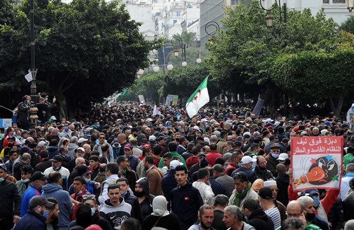 Cezayir'de seçim sürecinde siyasi kriz sürüyor
