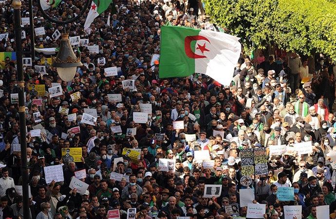 Cezayir rejiminde 'köklü değişim' talebi