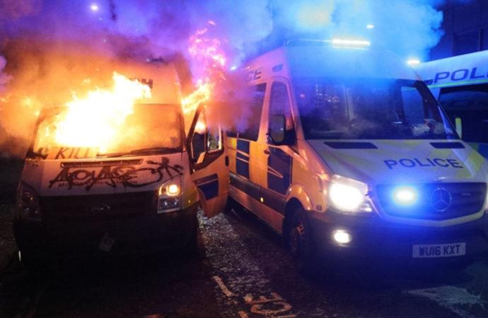 İngiltere'de eylemciler polis karakoluna saldırdı