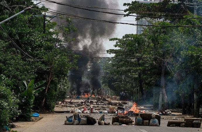 Myanmar ordusunun bombardımanından kaçan yerli halk Taylan'da sığındı