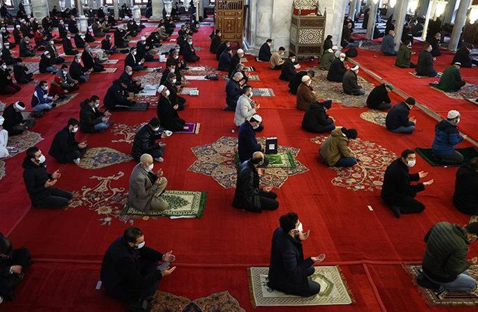 En yakın camide cuma namazı için izin verildi