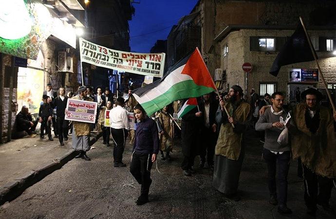 Yahudiler İsrail'in kuruluş yıldönümünü protesto etti, bayrağını yaktı