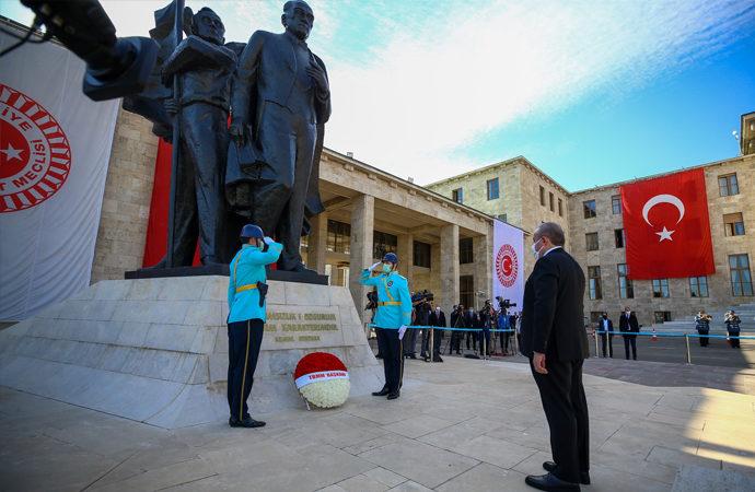 Şentop, Meclis'teki Atatürk Anıtı'na çelenk bıraktı