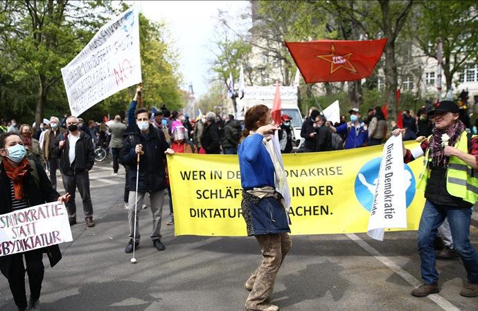 Almanya'da 'salgın tedbirleri' protesto edildi