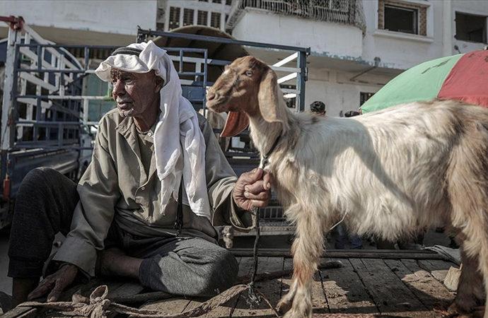 Gazzeliler kurban kesebilmek için tüm imkanlarını zorluyor